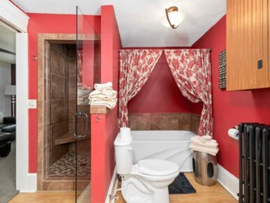 Casa bathroom with shower and tub