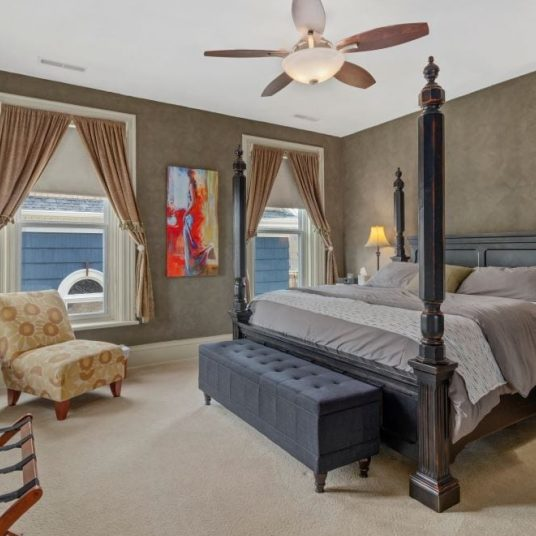 Casa Master bedroom with 4-poster bed and brown walls
